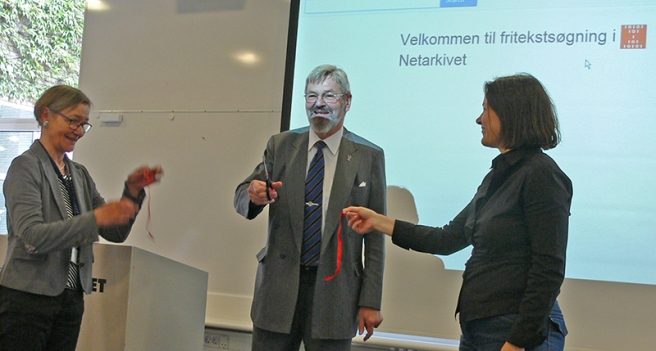 Erland Kolding Nielsen (director of the Royal Library), cutting the ribbon to the full text search